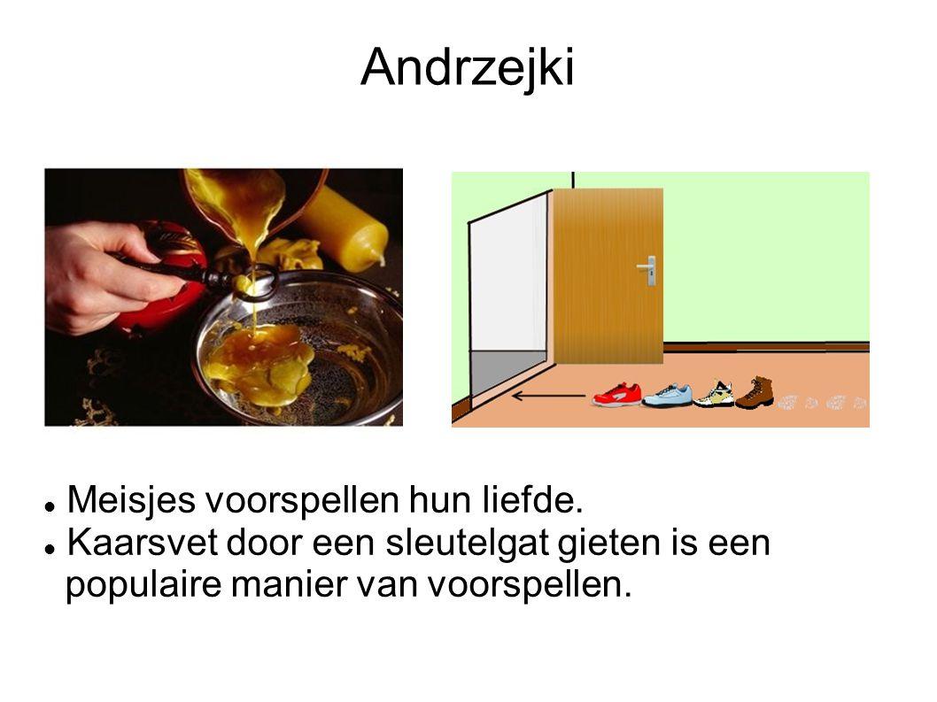 Andrzejki Meisjes voorspellen hun liefde. Kaarsvet door een sleutelgat gieten is een populaire manier van voorspellen.