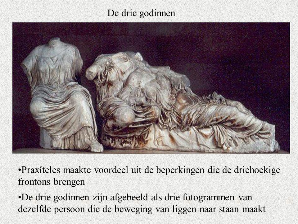 De drie godinnen Praxíteles maakte voordeel uit de beperkingen die de driehoekige frontons brengen De drie godinnen zijn afgebeeld als drie fotogrammen van dezelfde persoon die de beweging van liggen naar staan maakt