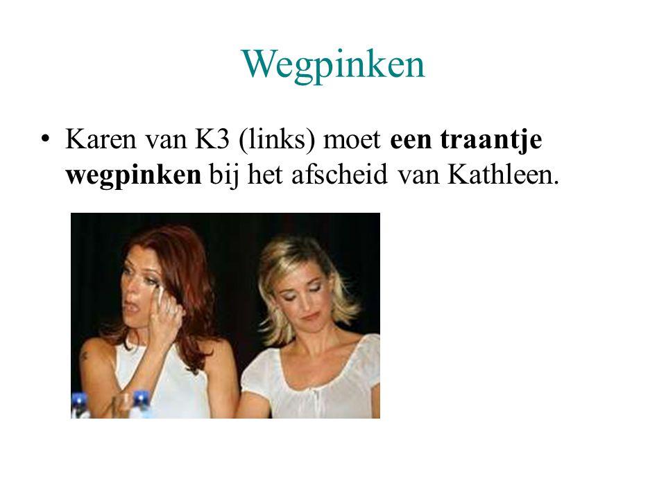 Wegpinken Karen van K3 (links) moet een traantje wegpinken bij het afscheid van Kathleen.