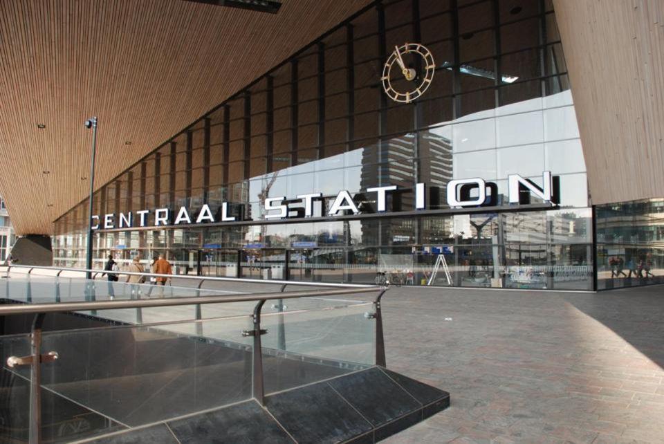 Centraal Station ROTTERDAM Het Centraal Station is bijna afgebouwd, er is negen jaar aan gewerkt