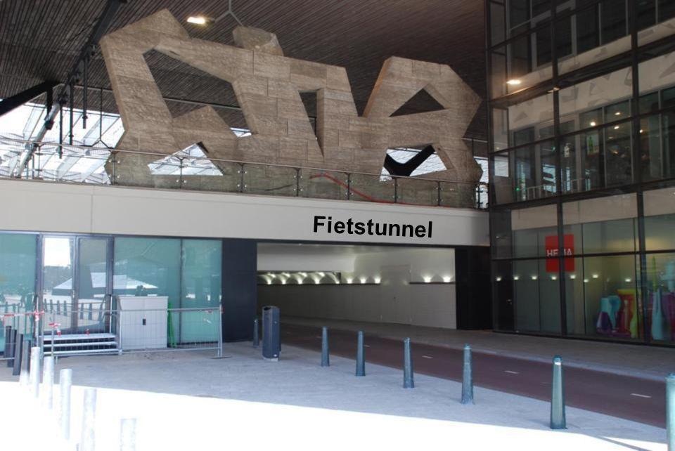 Het beeld wat op het oude Centraal Station heeft gestaan staat nu op het 1 e perron, boven de fietstunnel