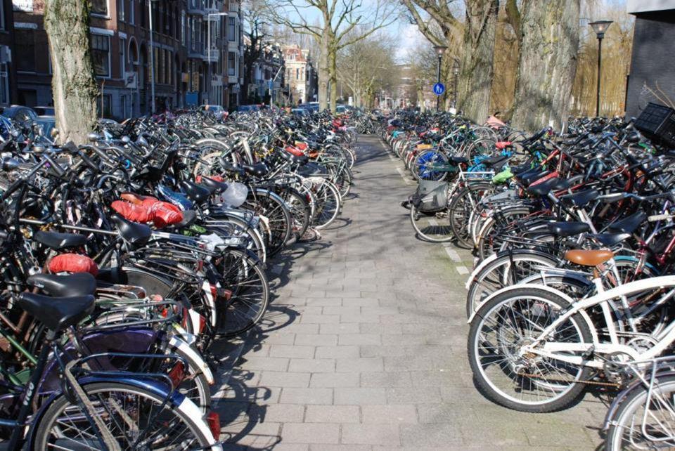 Achterkant van het Centraal Station met allemaal fietsen