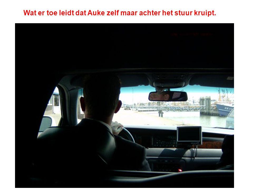 Wat er toe leidt dat Auke zelf maar achter het stuur kruipt.