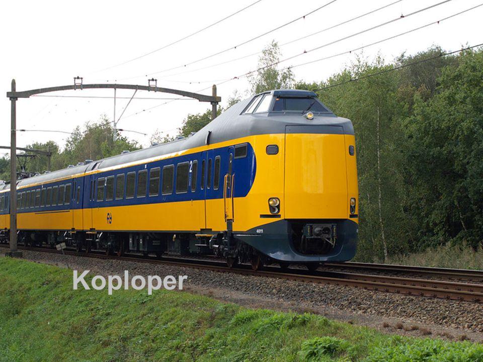 De koploper trein van de NS Machinist zit boven de trein De trein is geel met een blauwe band De blauwe band loopt tot onder aan de coupé van de machinist De trein heeft 3 koplampen