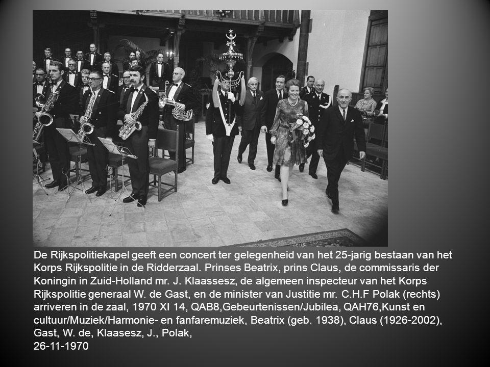 De Rijkspolitiekapel geeft een concert ter gelegenheid van het 25-jarig bestaan van het Korps Rijkspolitie in de Ridderzaal. Prinses Beatrix, prins Cl
