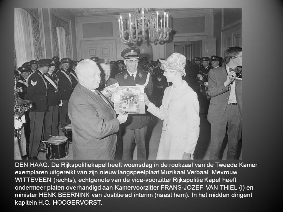 DEN HAAG: De Rijkspolitiekapel heeft woensdag in de rookzaal van de Tweede Kamer exemplaren uitgereikt van zijn nieuw langspeelplaat Muzikaal Verbaal.