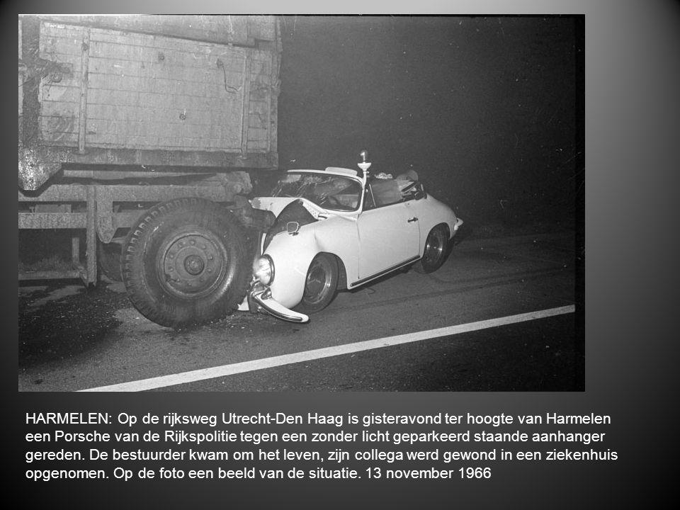 HARMELEN: Op de rijksweg Utrecht-Den Haag is gisteravond ter hoogte van Harmelen een Porsche van de Rijkspolitie tegen een zonder licht geparkeerd sta