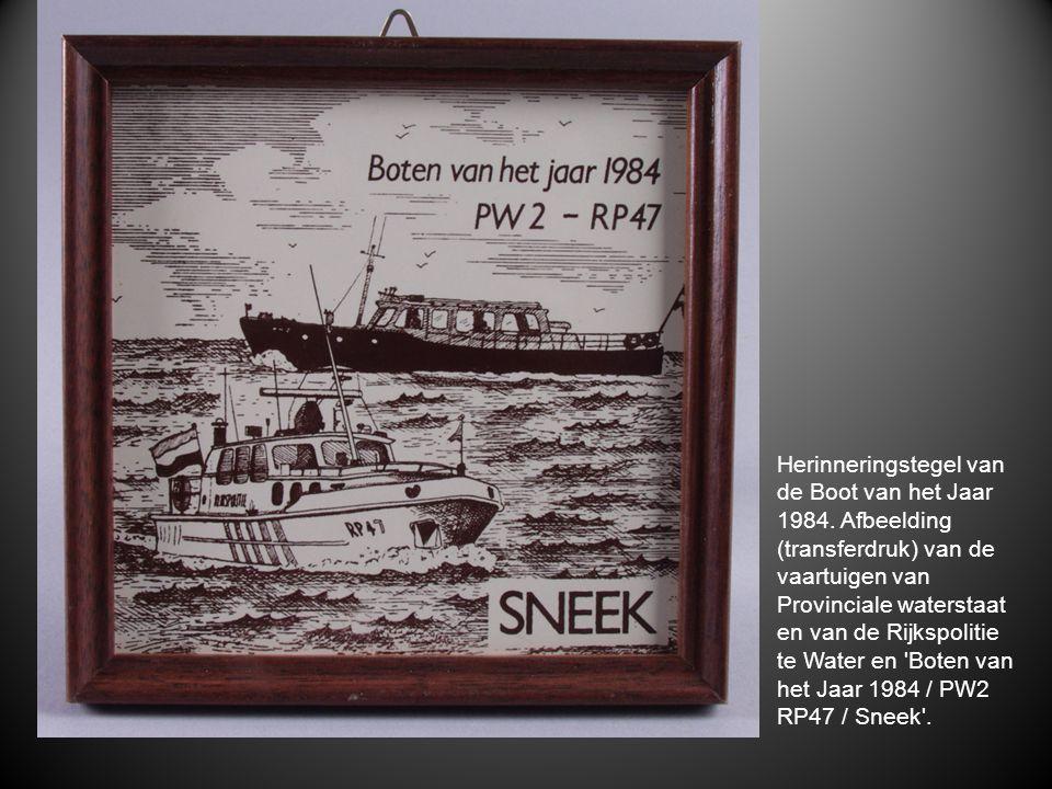 Herinneringstegel van de Boot van het Jaar 1984. Afbeelding (transferdruk) van de vaartuigen van Provinciale waterstaat en van de Rijkspolitie te Wate