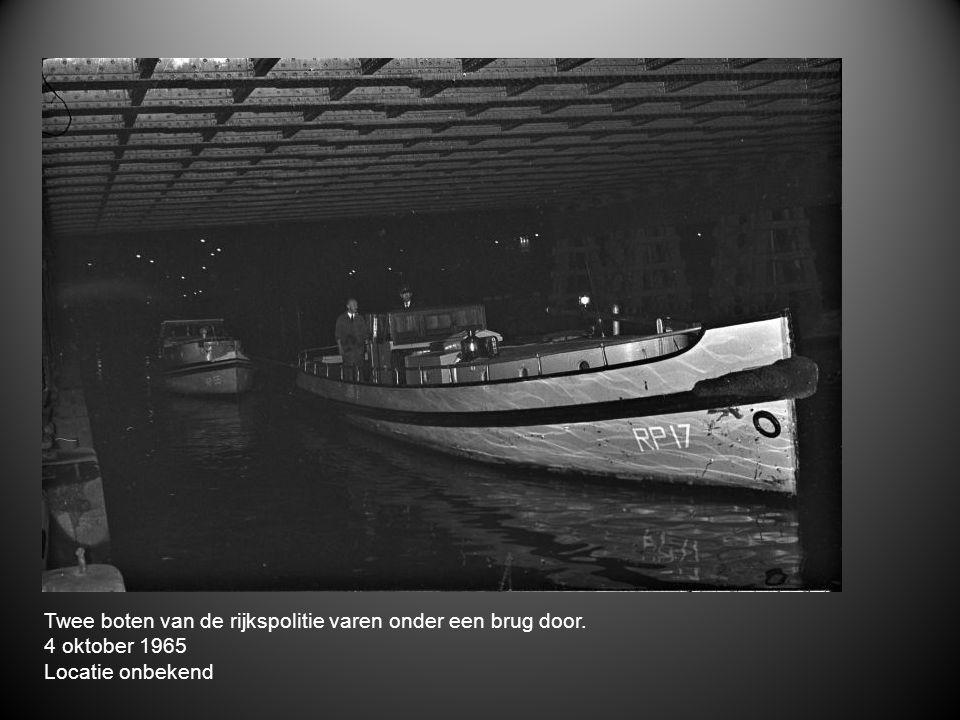 Twee boten van de rijkspolitie varen onder een brug door. 4 oktober 1965 Locatie onbekend