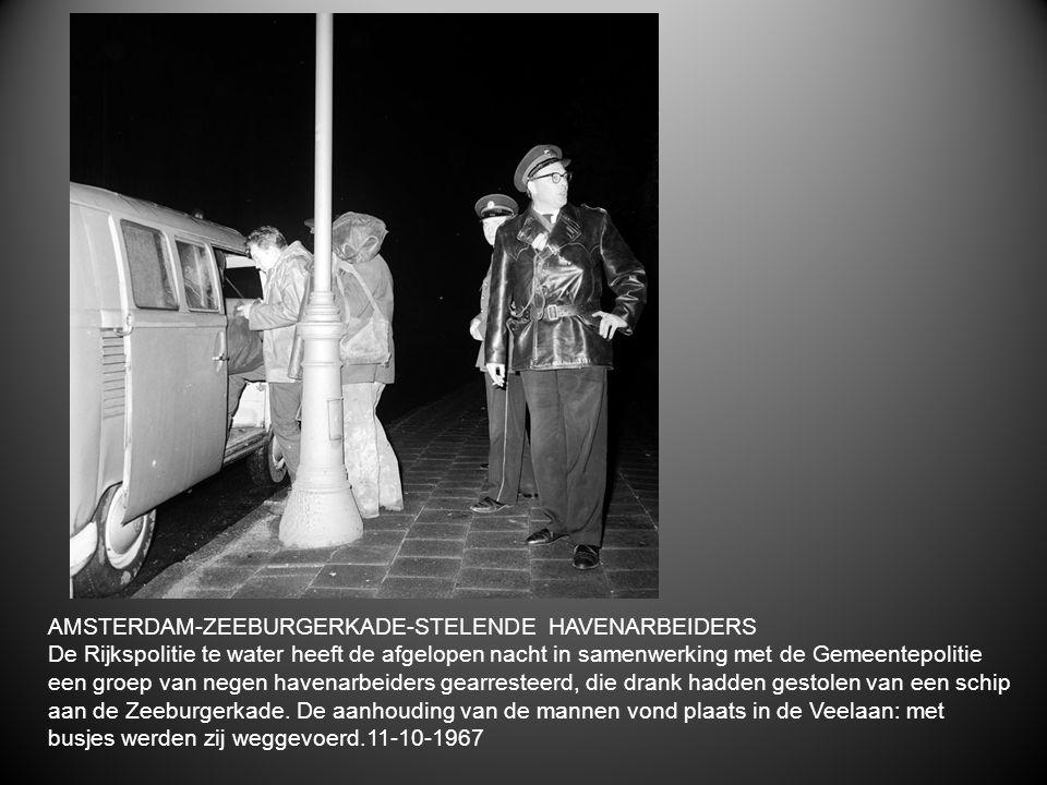 AMSTERDAM-ZEEBURGERKADE-STELENDE HAVENARBEIDERS De Rijkspolitie te water heeft de afgelopen nacht in samenwerking met de Gemeentepolitie een groep van