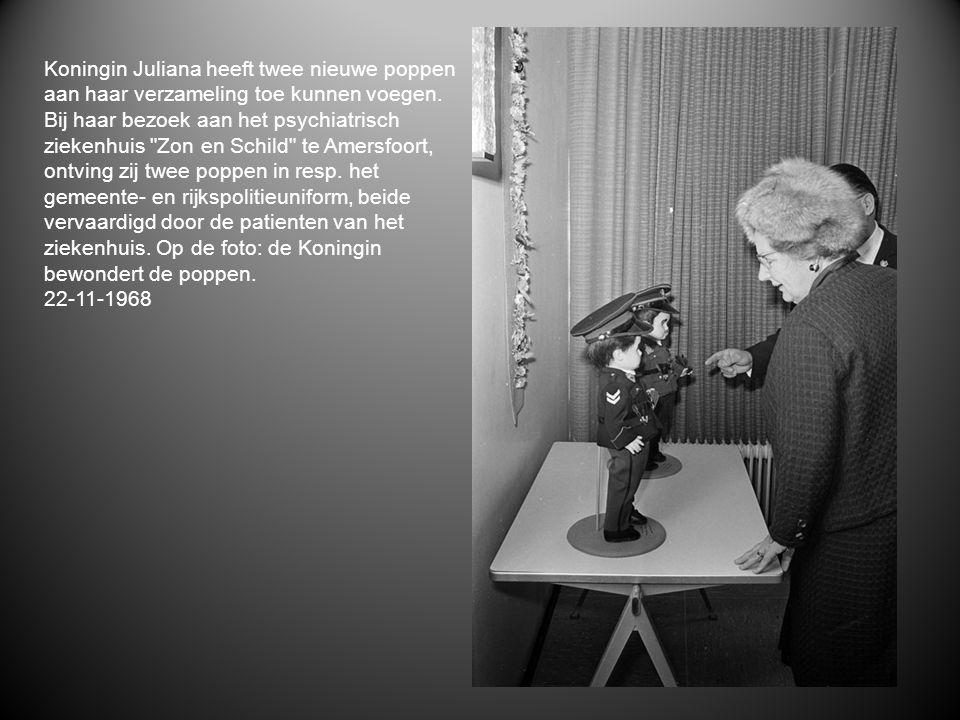 Koningin Juliana heeft twee nieuwe poppen aan haar verzameling toe kunnen voegen. Bij haar bezoek aan het psychiatrisch ziekenhuis
