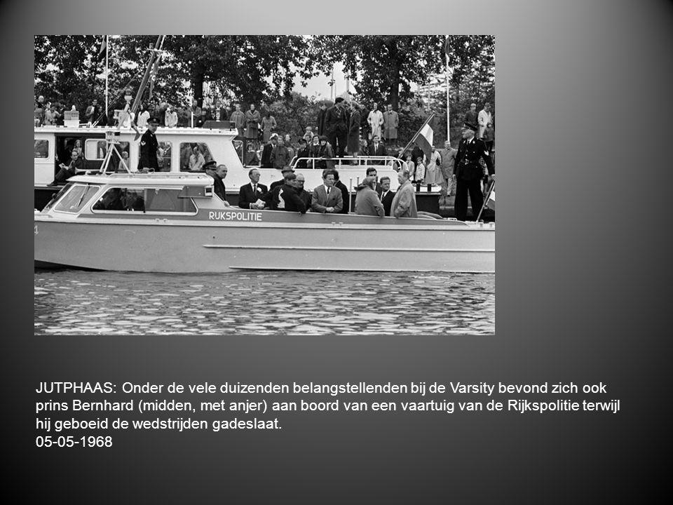 JUTPHAAS: Onder de vele duizenden belangstellenden bij de Varsity bevond zich ook prins Bernhard (midden, met anjer) aan boord van een vaartuig van de