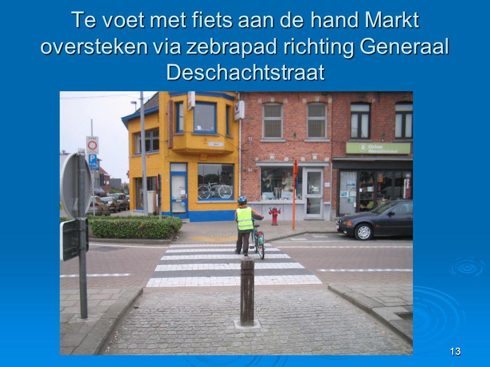 13 Te voet met fiets aan de hand Markt oversteken via zebrapad richting Generaal Deschachtstraat