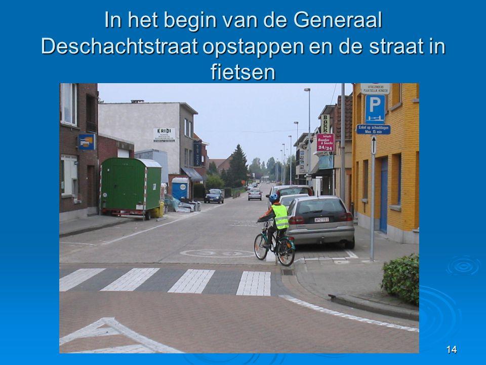 14 In het begin van de Generaal Deschachtstraat opstappen en de straat in fietsen