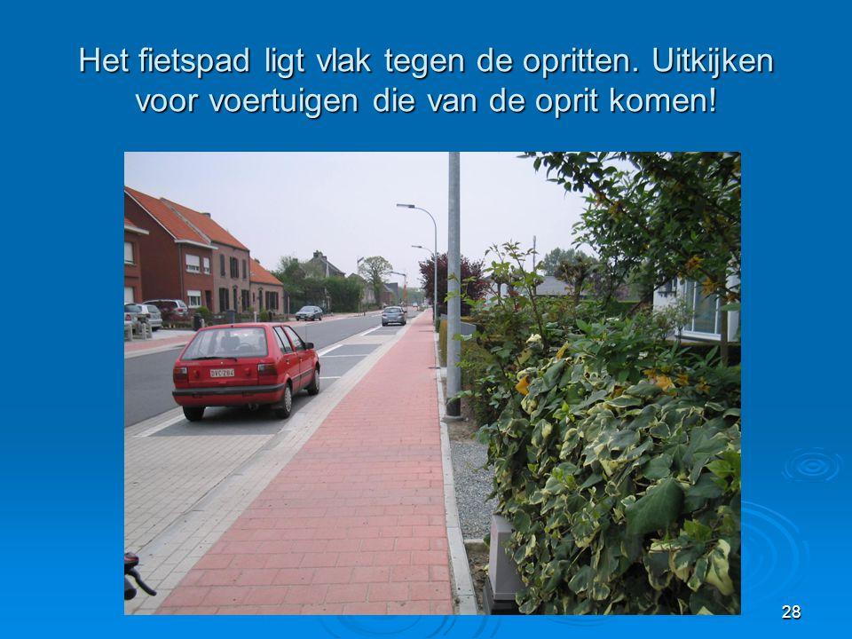 28 Het fietspad ligt vlak tegen de opritten. Uitkijken voor voertuigen die van de oprit komen!