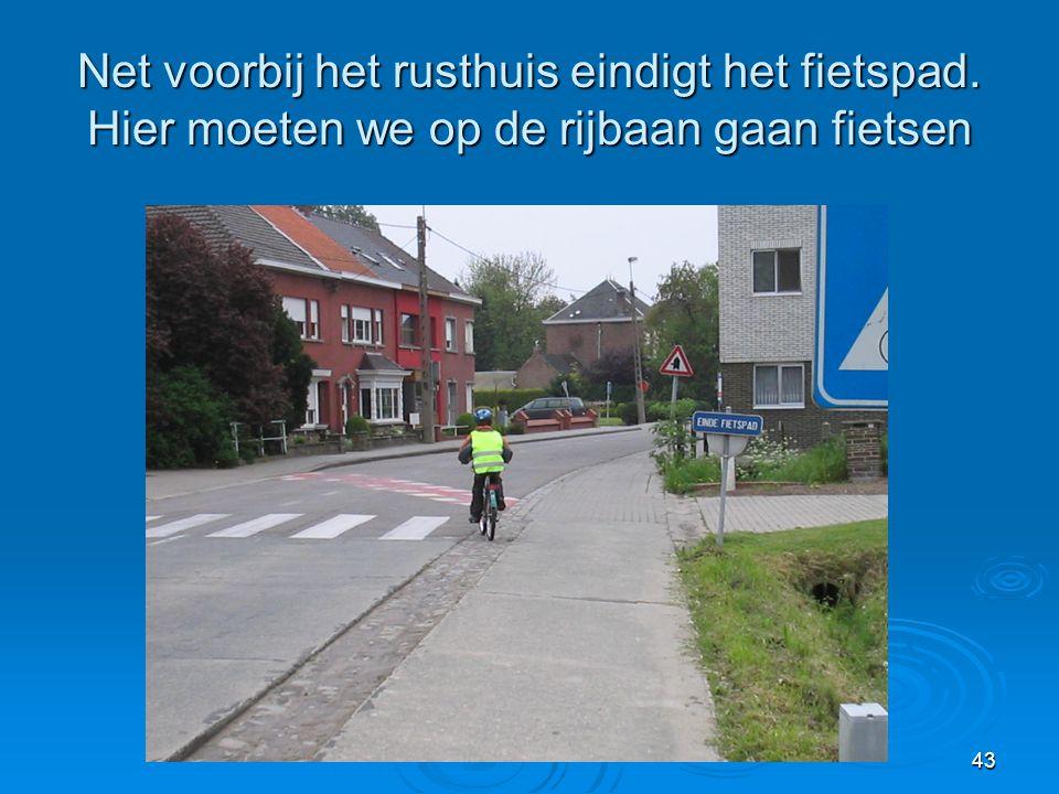 43 Net voorbij het rusthuis eindigt het fietspad. Hier moeten we op de rijbaan gaan fietsen