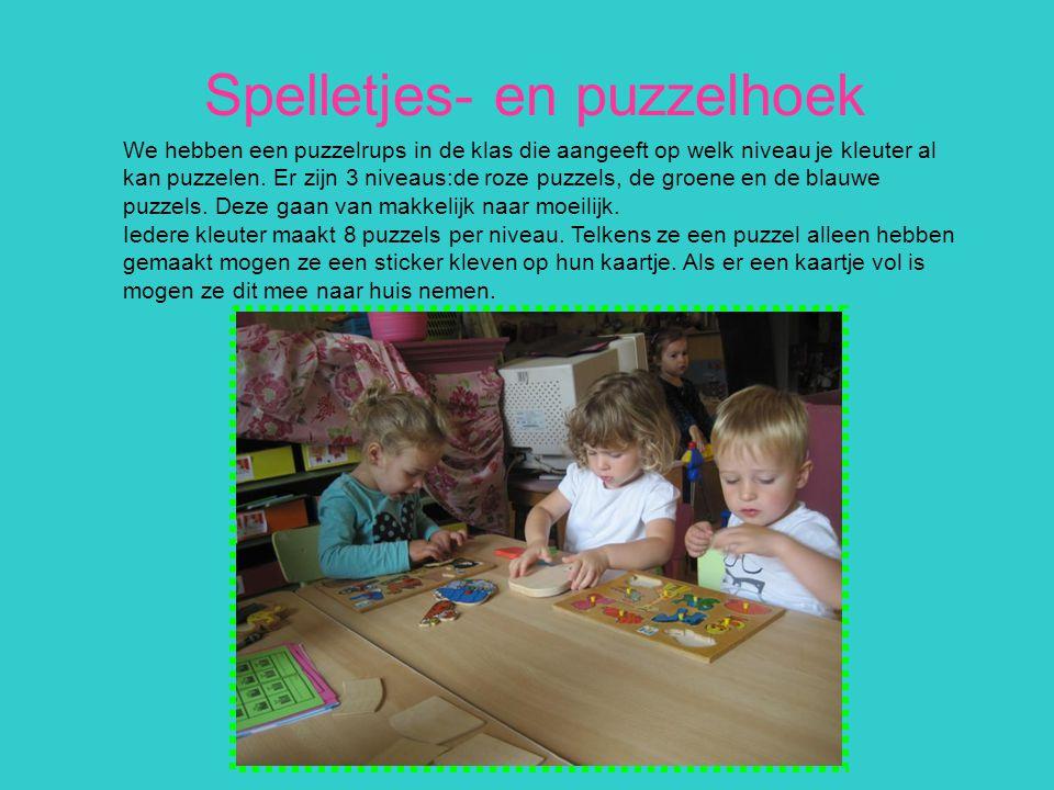Spelletjes- en puzzelhoek We hebben een puzzelrups in de klas die aangeeft op welk niveau je kleuter al kan puzzelen. Er zijn 3 niveaus:de roze puzzel