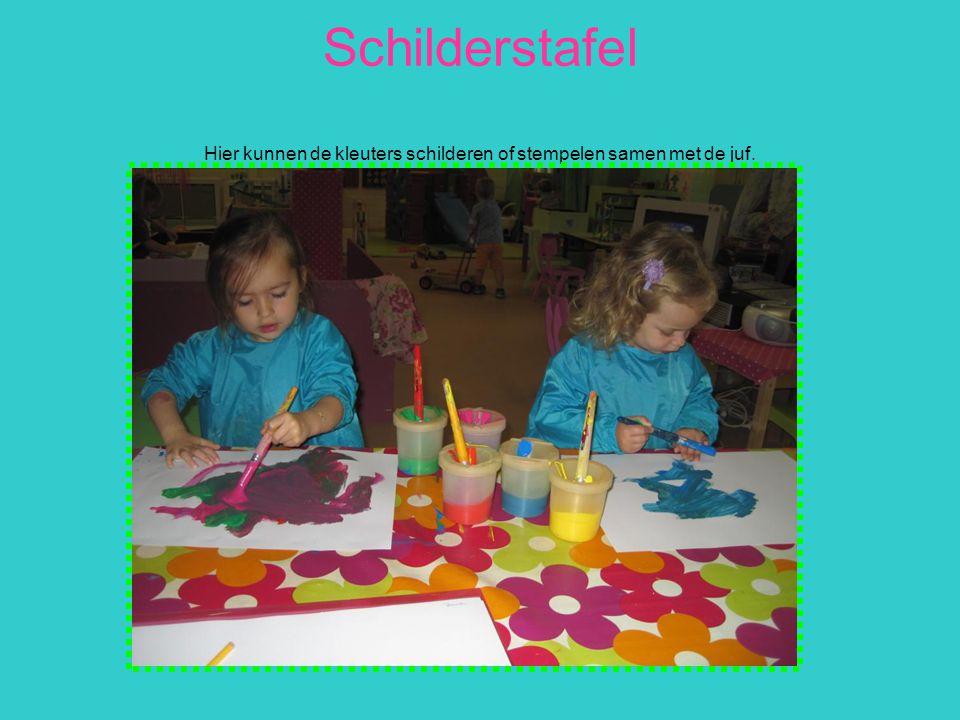 Schilderstafel Hier kunnen de kleuters schilderen of stempelen samen met de juf.