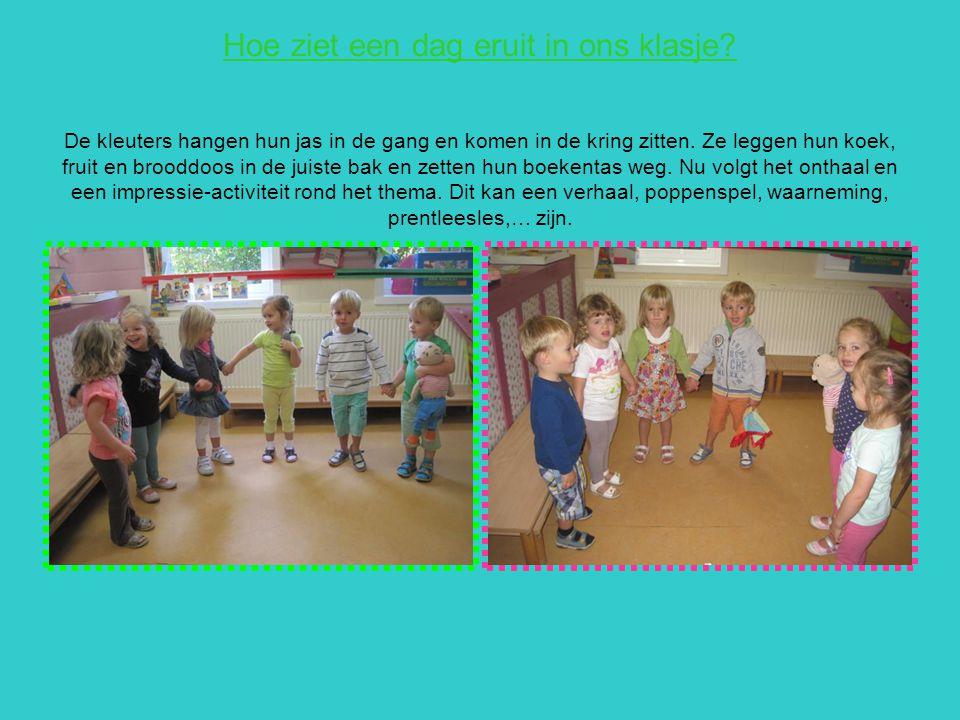 Hoe ziet een dag eruit in ons klasje? De kleuters hangen hun jas in de gang en komen in de kring zitten. Ze leggen hun koek, fruit en brooddoos in de