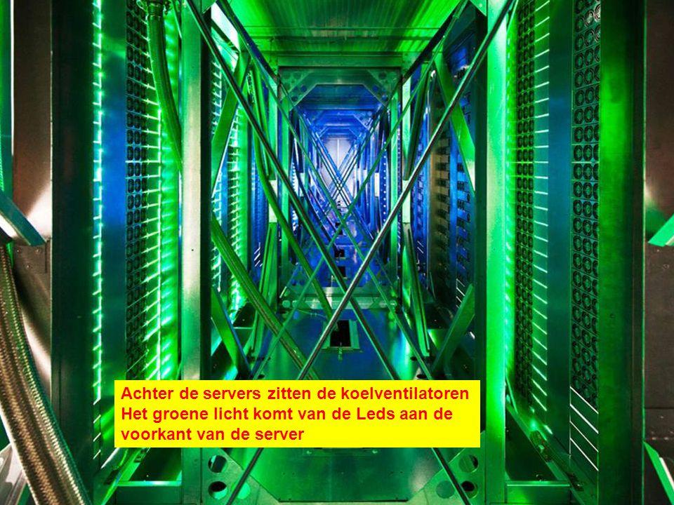 Achter de servers zitten de koelventilatoren Het groene licht komt van de Leds aan de voorkant van de server