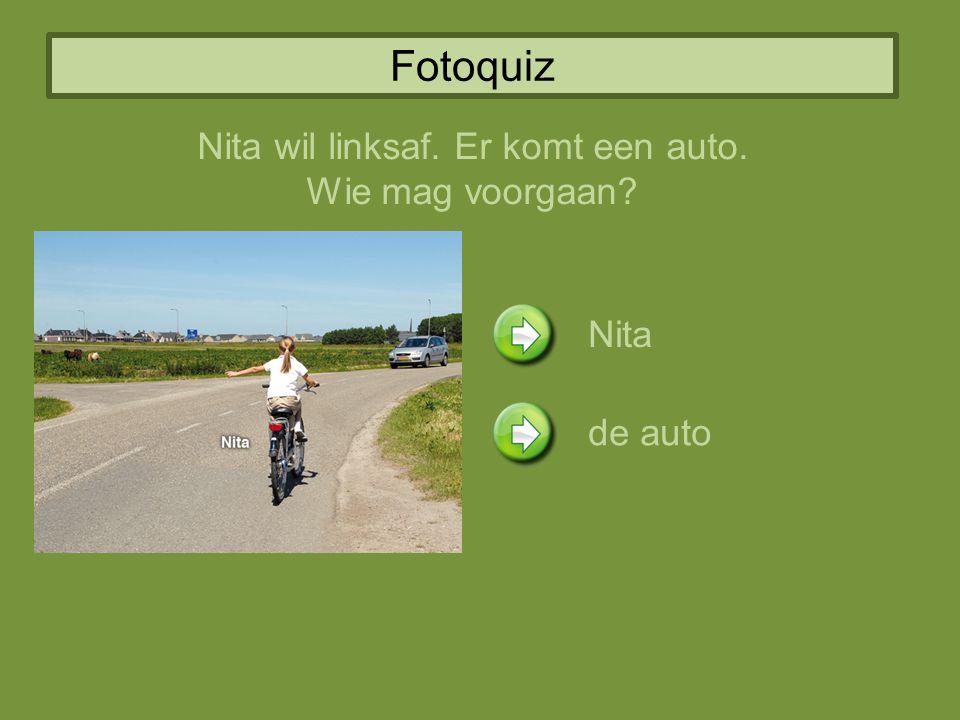 Fotoquiz Nita wil linksaf. Er komt een auto. Wie mag voorgaan? Nita de auto