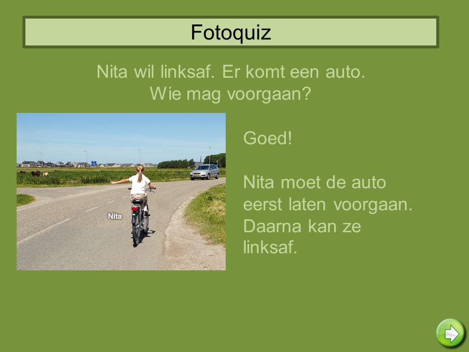 Fotoquiz Nita wil linksaf. Er komt een auto. Wie mag voorgaan? Goed! Nita moet de auto eerst laten voorgaan. Daarna kan ze linksaf.
