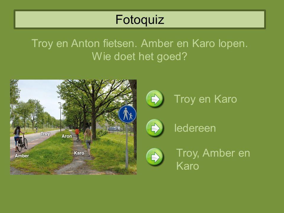 Fotoquiz Troy en Anton fietsen.Amber en Karo lopen.