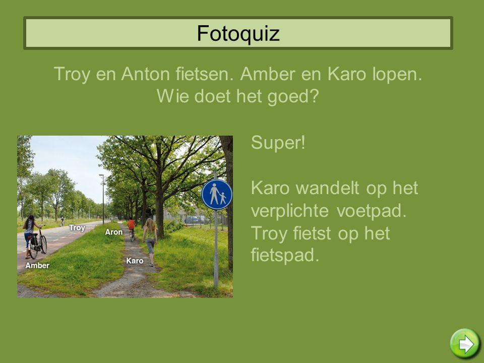 Fotoquiz Super! Karo wandelt op het verplichte voetpad. Troy fietst op het fietspad. Troy en Anton fietsen. Amber en Karo lopen. Wie doet het goed?