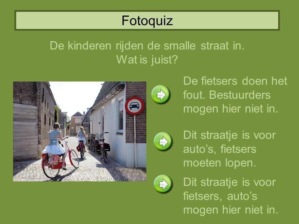 Fotoquiz De kinderen rijden de smalle straat in. Wat is juist? De fietsers doen het fout. Bestuurders mogen hier niet in. Dit straatje is voor auto's,