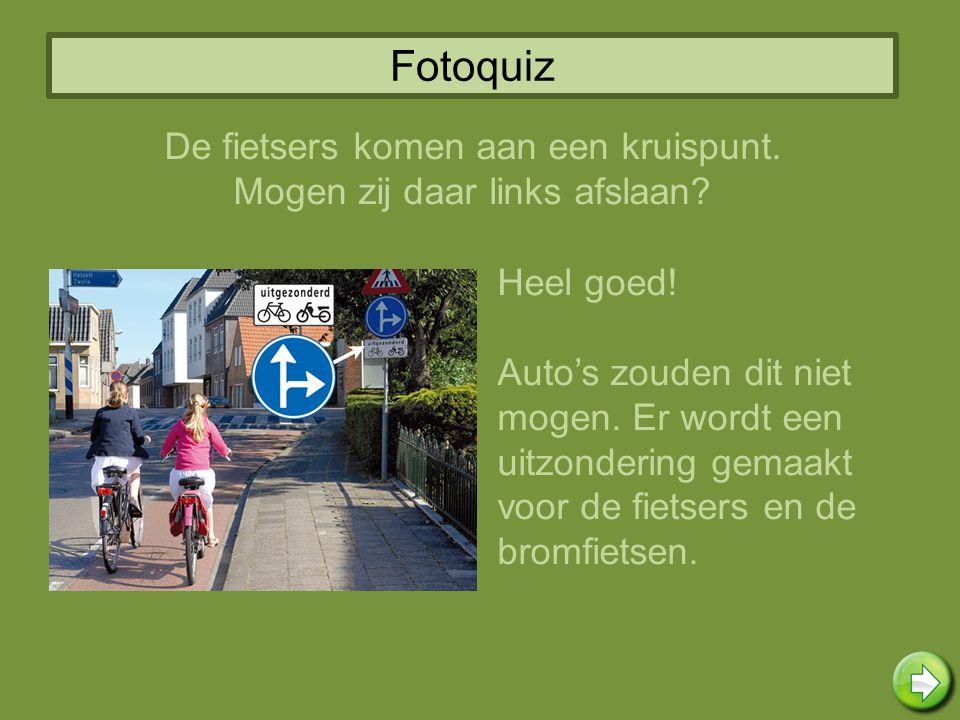 Fotoquiz Heel goed! Auto's zouden dit niet mogen. Er wordt een uitzondering gemaakt voor de fietsers en de bromfietsen. De fietsers komen aan een krui
