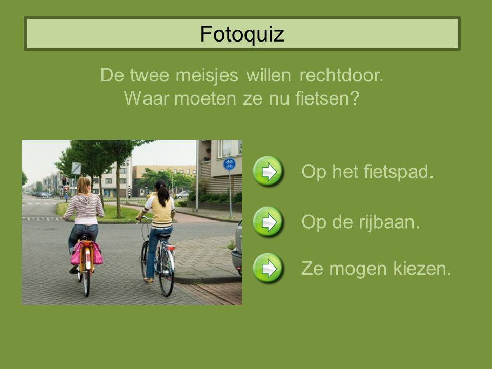 Fotoquiz De twee meisjes willen rechtdoor. Waar moeten ze nu fietsen? Op het fietspad. Op de rijbaan. Ze mogen kiezen.