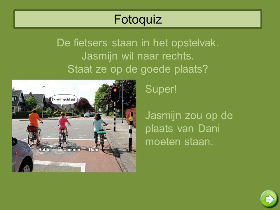 Fotoquiz Super! Jasmijn zou op de plaats van Dani moeten staan. De fietsers staan in het opstelvak. Jasmijn wil naar rechts. Staat ze op de goede plaa