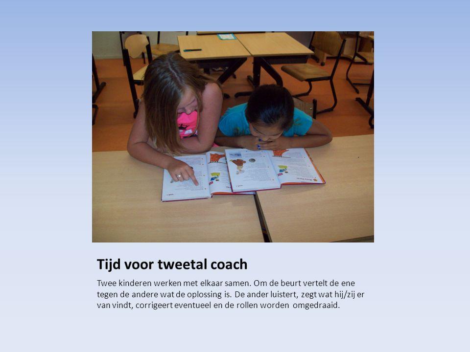 Tijd voor tweetal coach Twee kinderen werken met elkaar samen. Om de beurt vertelt de ene tegen de andere wat de oplossing is. De ander luistert, zegt