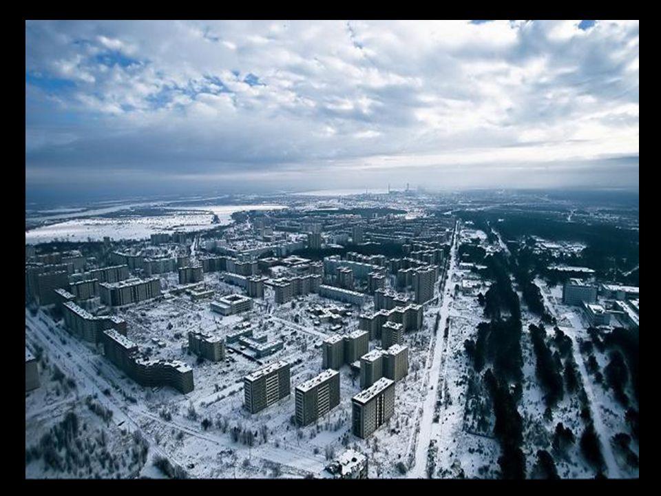 Op dit bord staat Pripyat. Een jonge stad toen het ongeluk gebeurde. Ze bestond pas 16 jaar (1970).