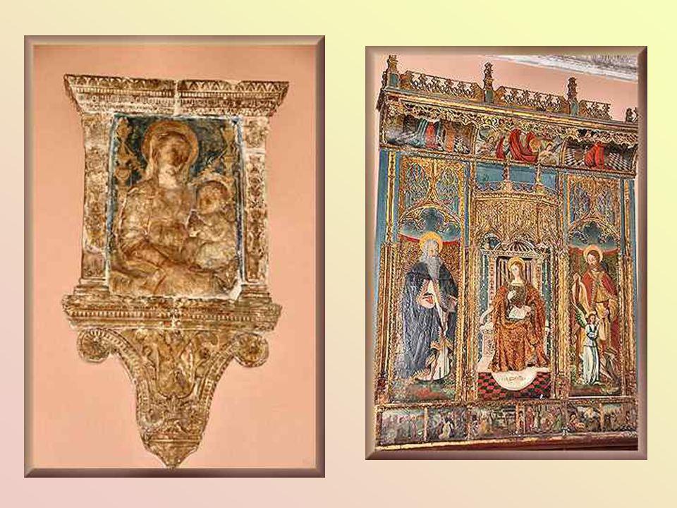 Marmeren beelden rond een mooi meubel met inlegwerk uit de 18 e eeuw.