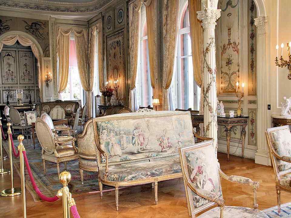 Deze zeer mooie deur brengt u in de salons Lodewijk XV, Lodewijk XVI, het boudoir van de appartementen van mevrouw Béatrice Ephrussi en de salons van het porselein.