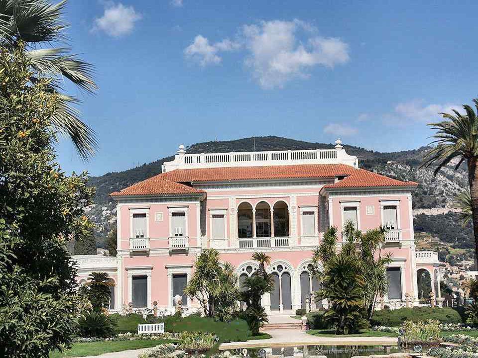 De villa Ephrussi van Rothschild, ookVilla Ile-de-France genoemd, is een van de mooiste renaissancepaleizen aan de Azurenkust, door de barones Béatrice Ephrussi de Rothschild (1864-1934) gebouwd op de top van Cap Ferrat tussen 1905 en 1912.