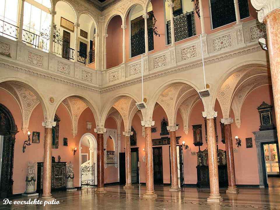 In de overdekte patio ondereteunen mooie kolommen in roze marmer uit Verona bogen in de stijl van de Italiaanse renaissance.
