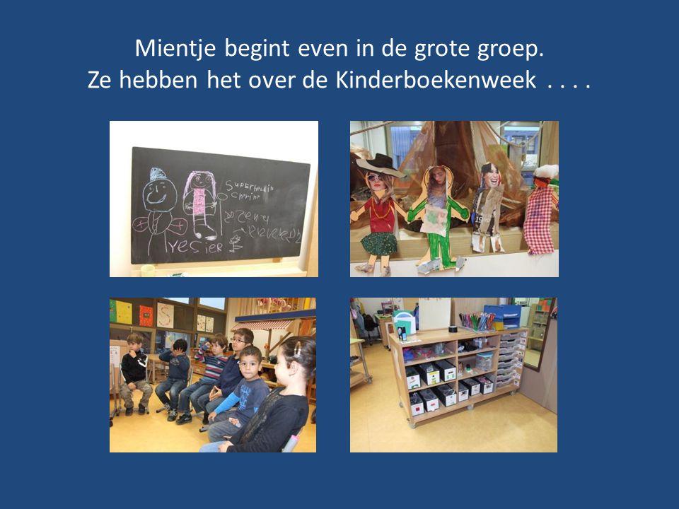 Mientje begint even in de grote groep. Ze hebben het over de Kinderboekenweek....