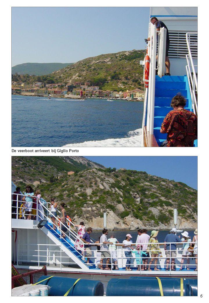 6 De veerboot arriveert bij Giglio Porto