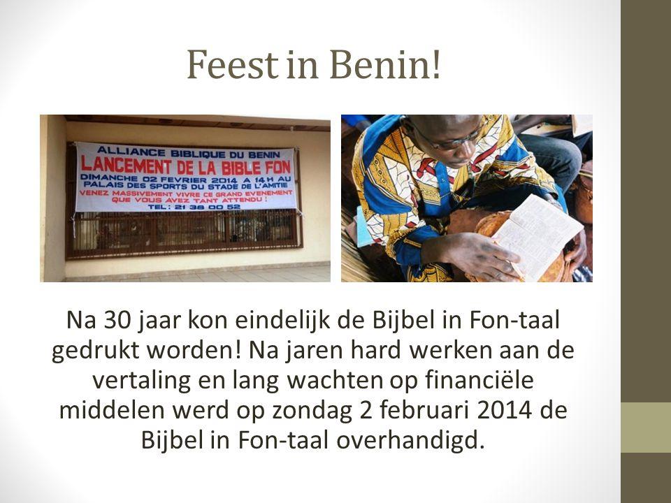 Feest in Benin. Na 30 jaar kon eindelijk de Bijbel in Fon-taal gedrukt worden.