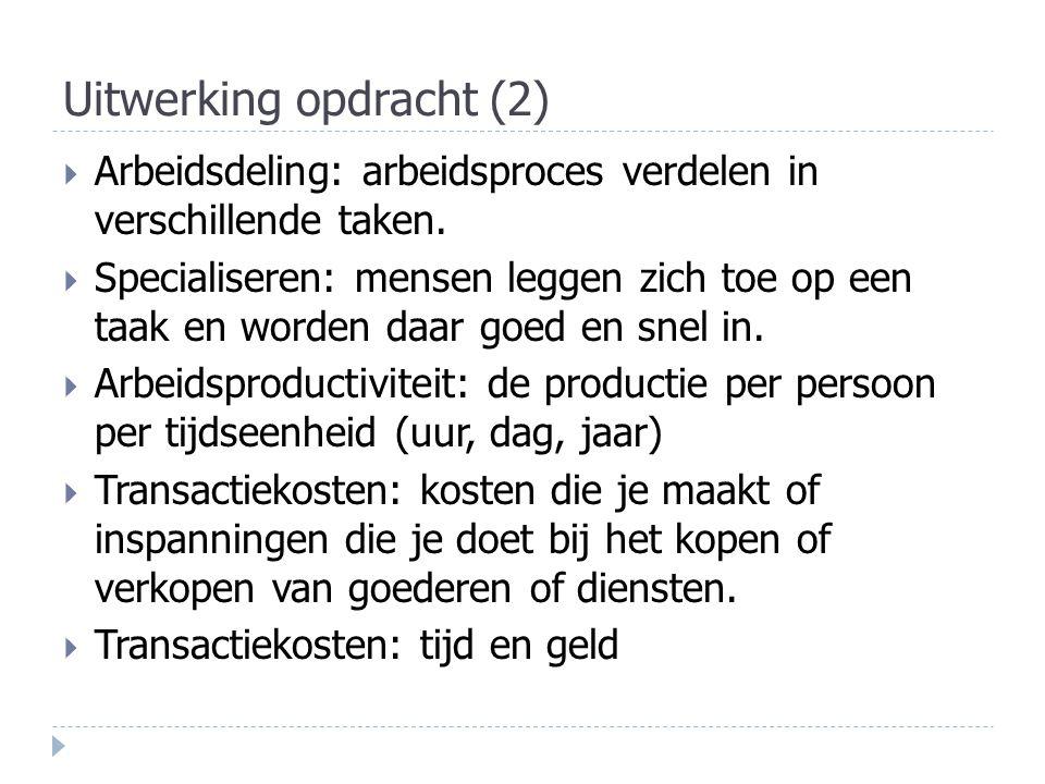 Uitwerking opdracht (2)  Arbeidsdeling: arbeidsproces verdelen in verschillende taken.  Specialiseren: mensen leggen zich toe op een taak en worden
