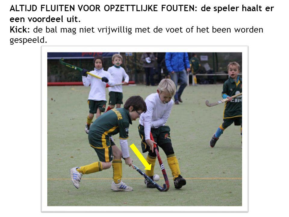 ALTIJD FLUITEN VOOR OPZETTLIJKE FOUTEN: de speler haalt er een voordeel uit. Kick: de bal mag niet vrijwillig met de voet of het been worden gespeeld.