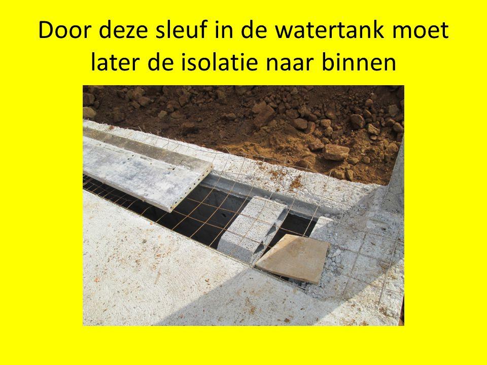 Door deze sleuf in de watertank moet later de isolatie naar binnen