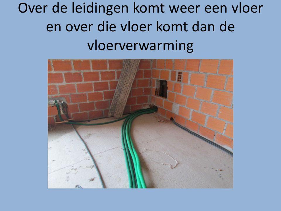 Over de leidingen komt weer een vloer en over die vloer komt dan de vloerverwarming