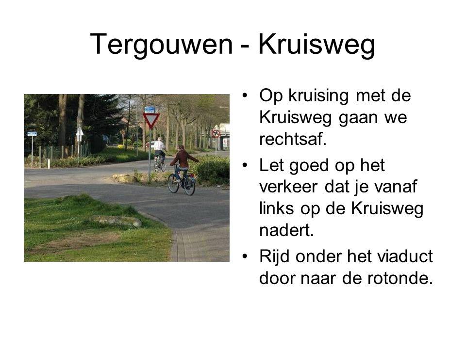 Tergouwen - Kruisweg Op kruising met de Kruisweg gaan we rechtsaf. Let goed op het verkeer dat je vanaf links op de Kruisweg nadert. Rijd onder het vi