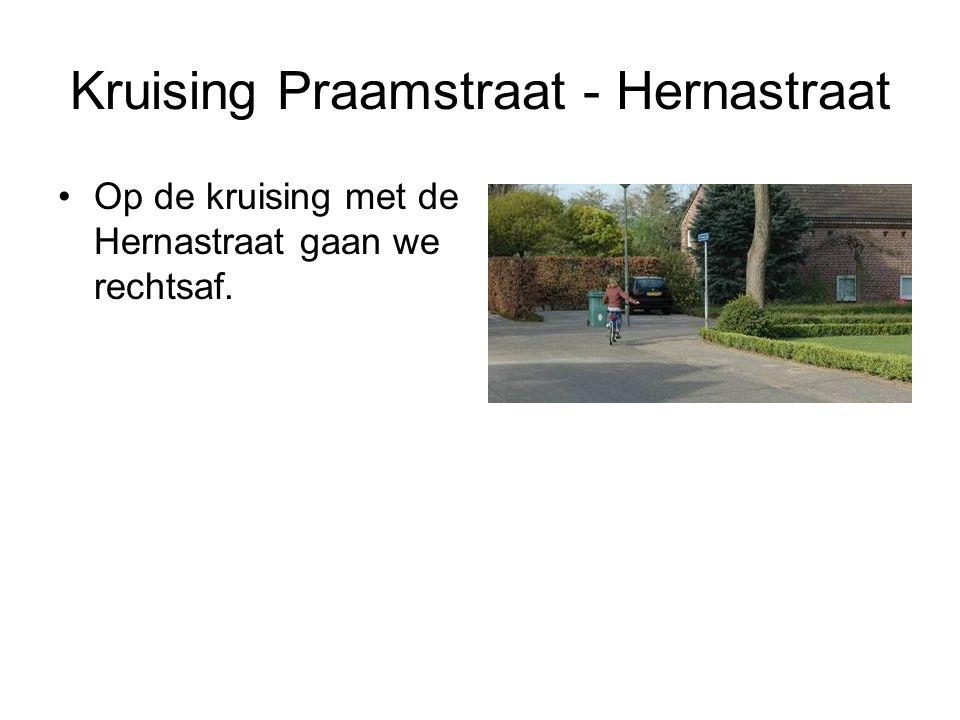 Kruising Praamstraat - Hernastraat Op de kruising met de Hernastraat gaan we rechtsaf.