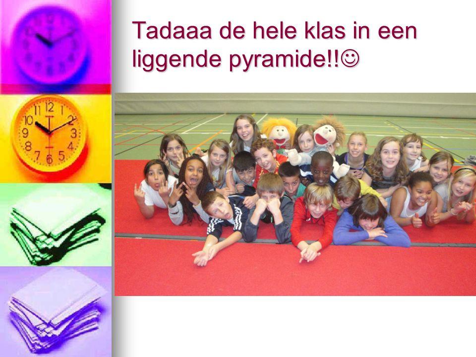 Tadaaa de hele klas in een liggende pyramide!! Tadaaa de hele klas in een liggende pyramide!!