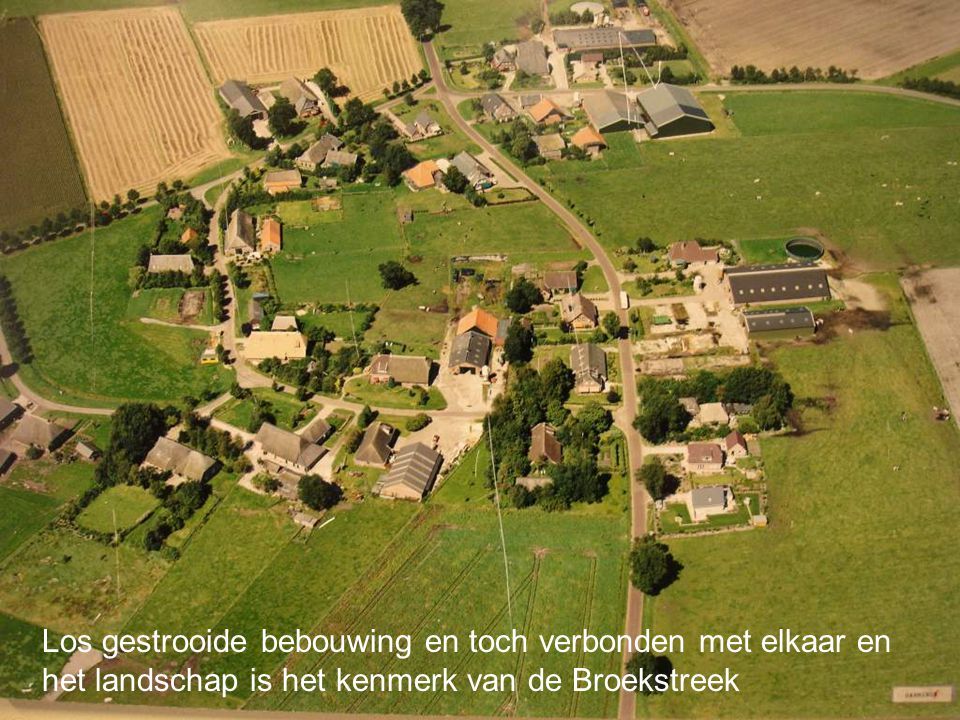 Los gestrooide bebouwing en toch verbonden met elkaar en het landschap is het kenmerk van de Broekstreek