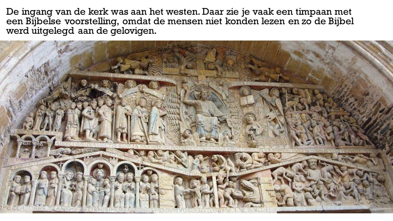 De ingang van de kerk was aan het westen. Daar zie je vaak een timpaan met een Bijbelse voorstelling, omdat de mensen niet konden lezen en zo de Bijbe